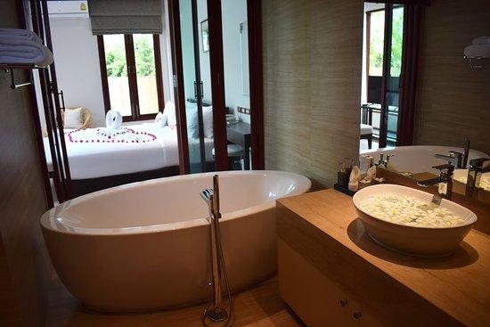 Triple Tree Beach Resort: Grand pool villa bath room