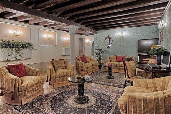 Hotel Pausania: lounge bar - tv