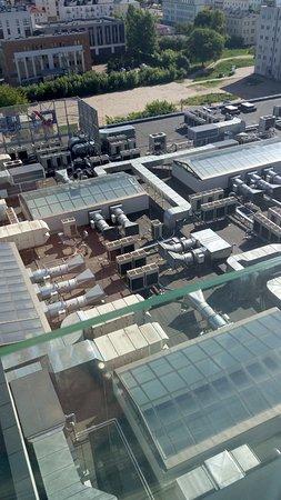 Ibis Styles Bialystok : вид на крышу торгового центра с шумными кондиционерами