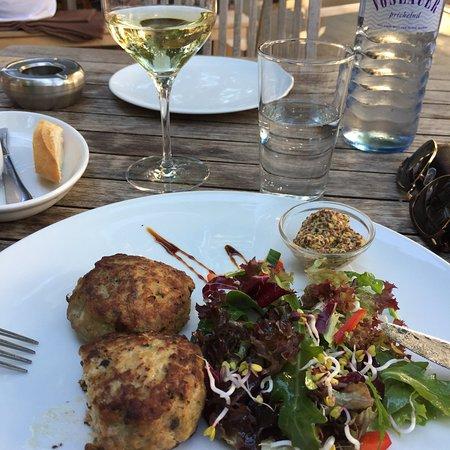 Tiefenthal Bar Restaurant: 2 Frikadellen mit Salat (mehr Dekoration als Salat). €9,80. Etwas überteuert.