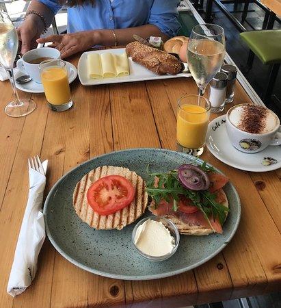 Tewa am Markt: Frühstück (Lachsbagel & Wiener Frühstück)
