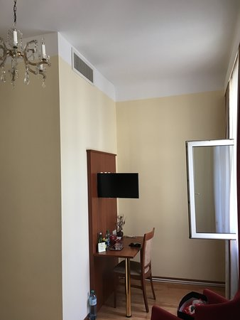 Hotel Mozart: Desk space and wall-mounted LCD TV with swivel-arm for multi-angle viewing, large desk, chair an
