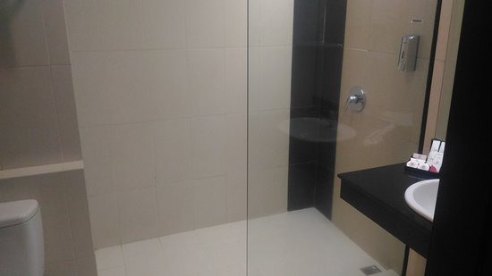 D'Maleo Hotel & Convention: Shower tempat mandi