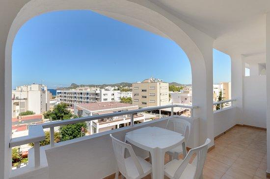 Apartamentos San Antonio Beach: Vista apartamentos 3º piso