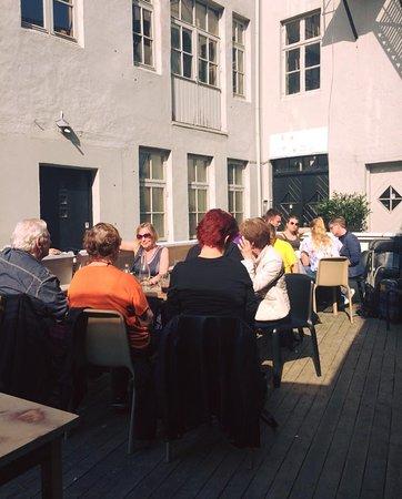 Vågal kaffe- og vin: Spacious back yard
