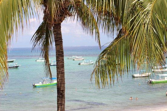The Reef Coco Beach: zee met op de achtergrond Cozumel
