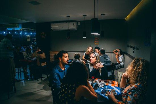 Espirito Cacau Chocolateria: Área interna intimista para pequenas comemorações e reuniões
