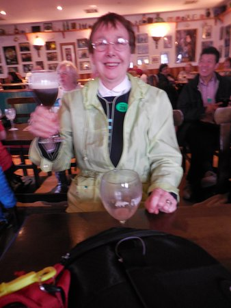 Crolly, Irlanda: My wife drinking Irish coffee