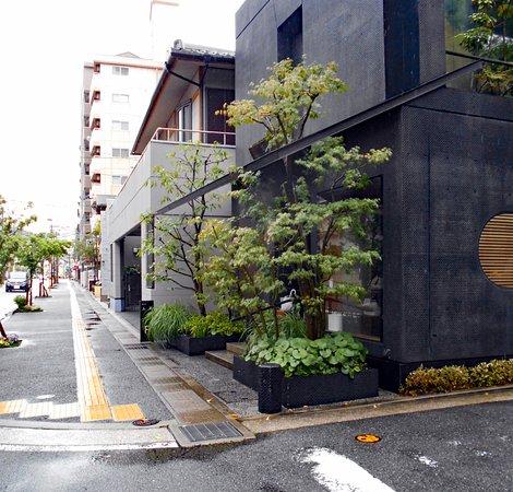 Confectionery Goto : 五島の店構え(写真左手方向の道向かいが女子校)