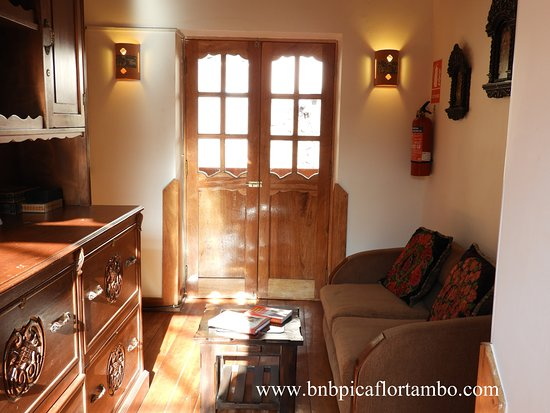 B&B Picaflor Tambo : A common area with balcony, nice view to the mountain Pinkuylluna