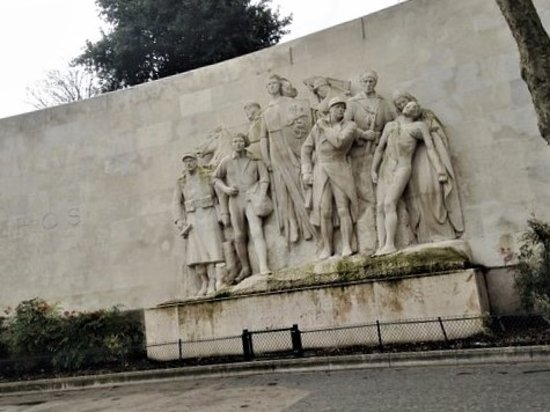 À la Gloire de l'Armée Française 1914-1918 : La sculpture sur son socle