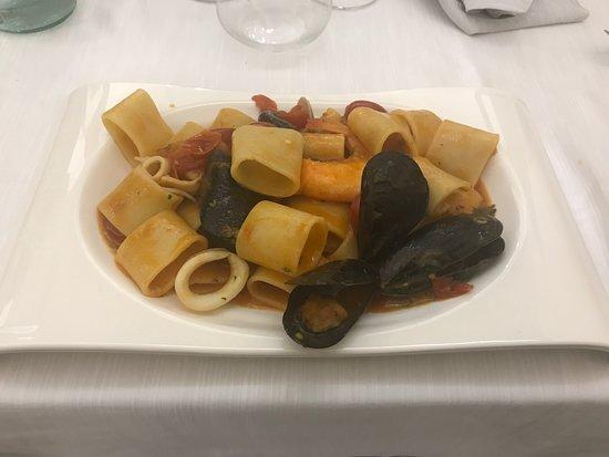 Ristorante Divina Giulia: Mezzo pacchero allo scoglio con vongole pescate, cozze di Gaeta, gamberetti e calamari di Ventot