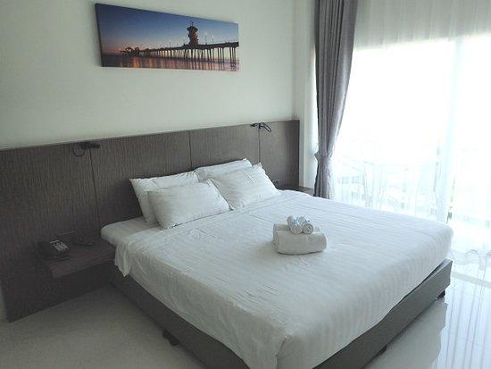 The Elysium Residence: ベッドと室内の様子