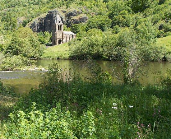 Gorges, Frankreich: chapelle de Ste Marie des Chazes sur le bord de l'Allier , près de Prades