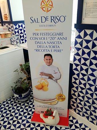 Pasticceria Sal De Riso: cartellone pubblicitario all'interno della pasticceria vicino al reparto dei gelati