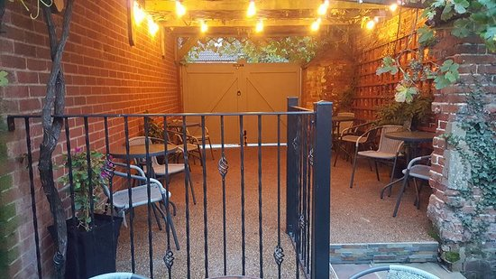Shelly's Bistro: Courtyard