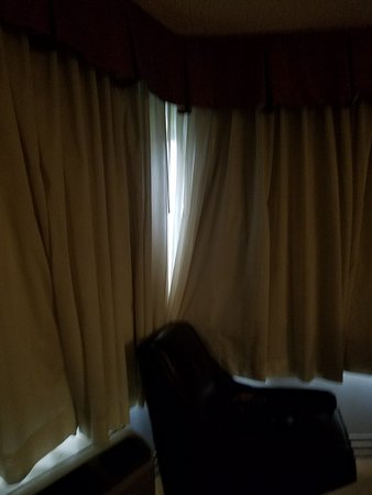 Centennial Hotel Spokane: Curtains do NOT blackout. I used a chair to bring them