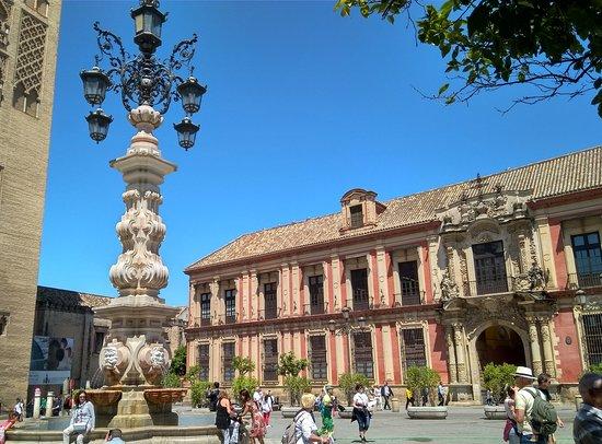 Palacio Arzobispal: En la plaza Virgen de los Reyes