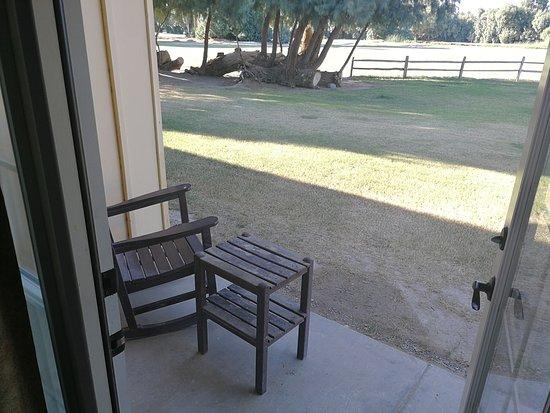 The Ranch At Death Valley: Kleine Terrasse mit Blick auf den Golfplatz