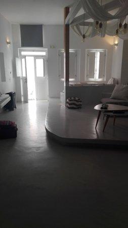 Armeni Village Rooms & Suites: Habitación número 5, la 1ra que nos dieron, casi sin ventilación ni luz