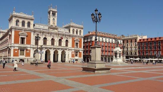 Hotel Abadia Retuerta Le Domaine: La preciosa y tradicional Plaza Mayor de Valladolid.