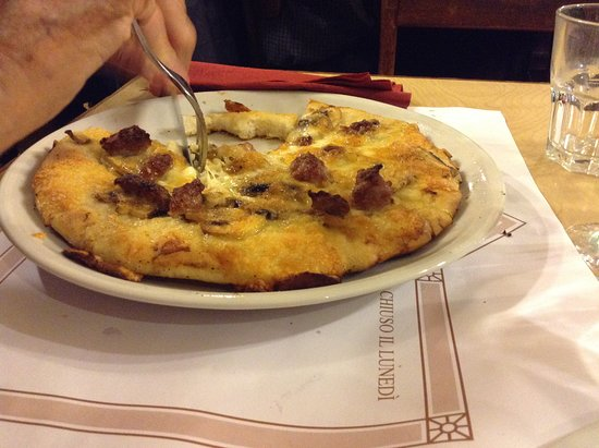 Est! Est! Est! - Pizzeria Ricci : I CAN GET THIS PIZZA AT MY LOCAL PIZZA HUT...DO NOT HAVE TO TRAVEL ALL THE WAY TO ROME