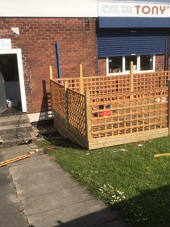 Wythenshawe, UK: Decked seating area