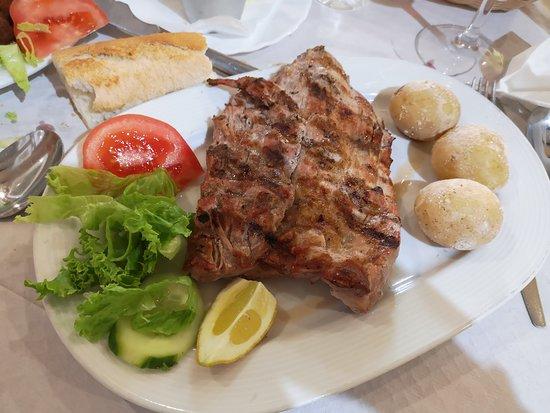 Agulo, Spain: Bueno y económico. Restaurante que nos pilló de paso, la comida muy buena, gente amable, bien de