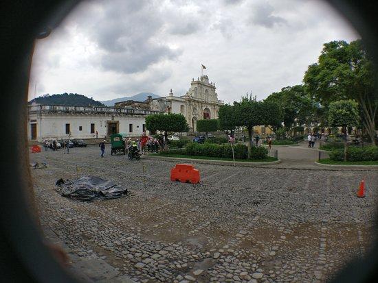 เดอะพลาซา: part of the plaza with la catedral