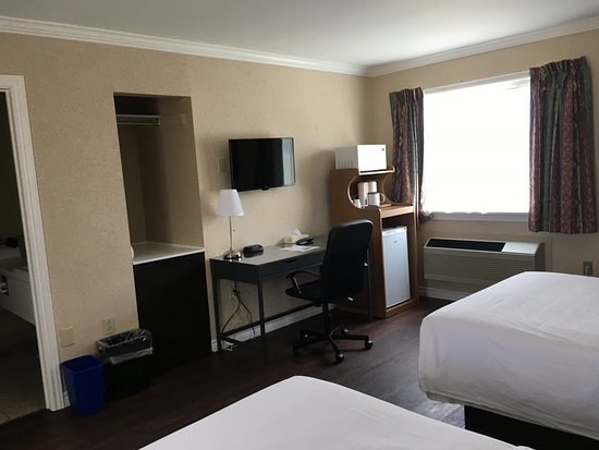 Annapolis Royal Inn: Room 11 - Two Room Suite - Bedroom 2 Double Beds