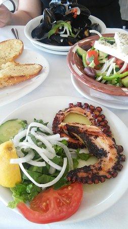 Korali Restaurant: Octopus gegrild en superlekkere mossels in een sap met ouzo op smaak gebracht, heerlijk !