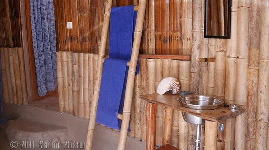 Lia Beach - Bamboo Resort: Seaview bamboo bungalow open-air bathroom
