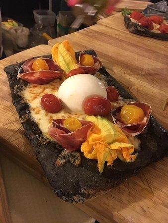 Mastíka: Pizzaccia al carbone con fiori di zucca, Piennolo giallo e culatello,