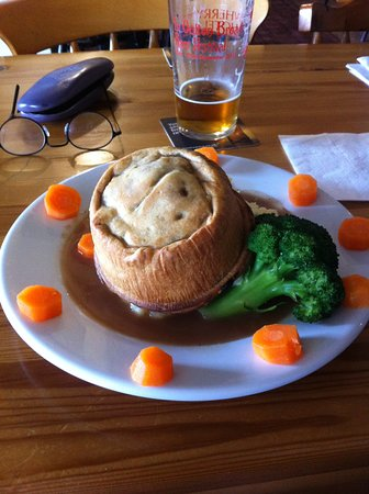 Wheatsheaf Inn: Steak and Ale Pie. (There's a huge stack of excellent mash hidden under that there pie, borh!)