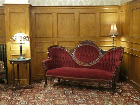 James Bay Inn Hotel, Suites & Cottage: Lobby