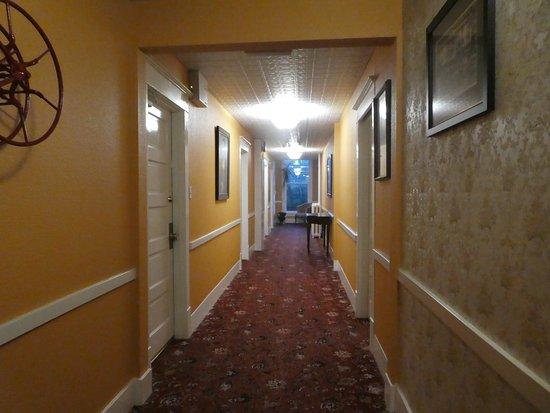 James Bay Inn Hotel, Suites & Cottage: Hallway to my room