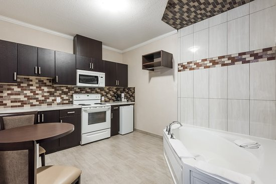 Watrous, Canada: 1 King Bed Whirlpool Bath and Kitchen