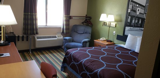 Super 8 by Wyndham Champaign: queen  room disability access