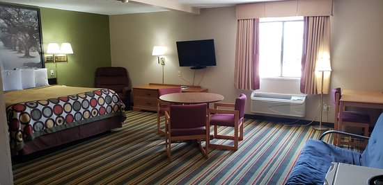 Super 8 by Wyndham Champaign: King suit non smoking