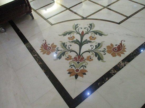 Alentejo Marmoris Hotel & Spa : Piso com mármores de várias procedências: italiana, francesa....