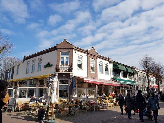 Het terras biedt zon en schaduw. picture of flaman west