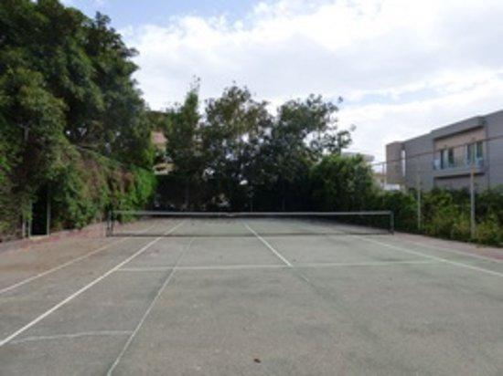 Santa Marina: Terrain de tennis peu entretenu