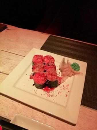 Кумо Яки: Лосось, угорь, креветки, мидии, курица отварная, японский омлет, сливочный сыр