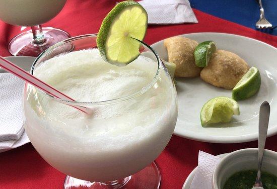 Carbon De Palo Pepe Sierra: Empanadas y limonada de coco deliciosas