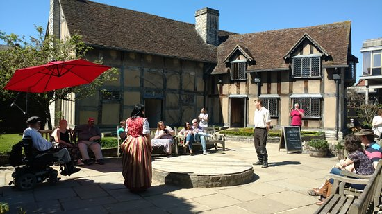 Shakespeare's Birthplace: actors doing sololiques
