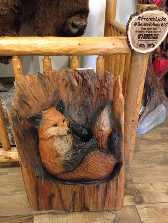French Licks Ice Cream and Coffee Bar: lovely carved fox in the seating room