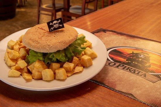 O Pirata Gastropub: Hambúrguer das Caraíbas c/batata frita caseira; Caribbean Burger with homemade fried potatoes;