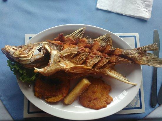 Pescaderia El Salmón Dorado: Robalo frito.