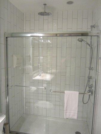 Avery House B&B: Roomy shower