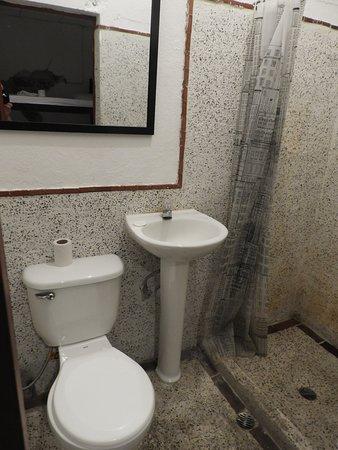 Hostel La Quinta: Baño privado de habitación doble